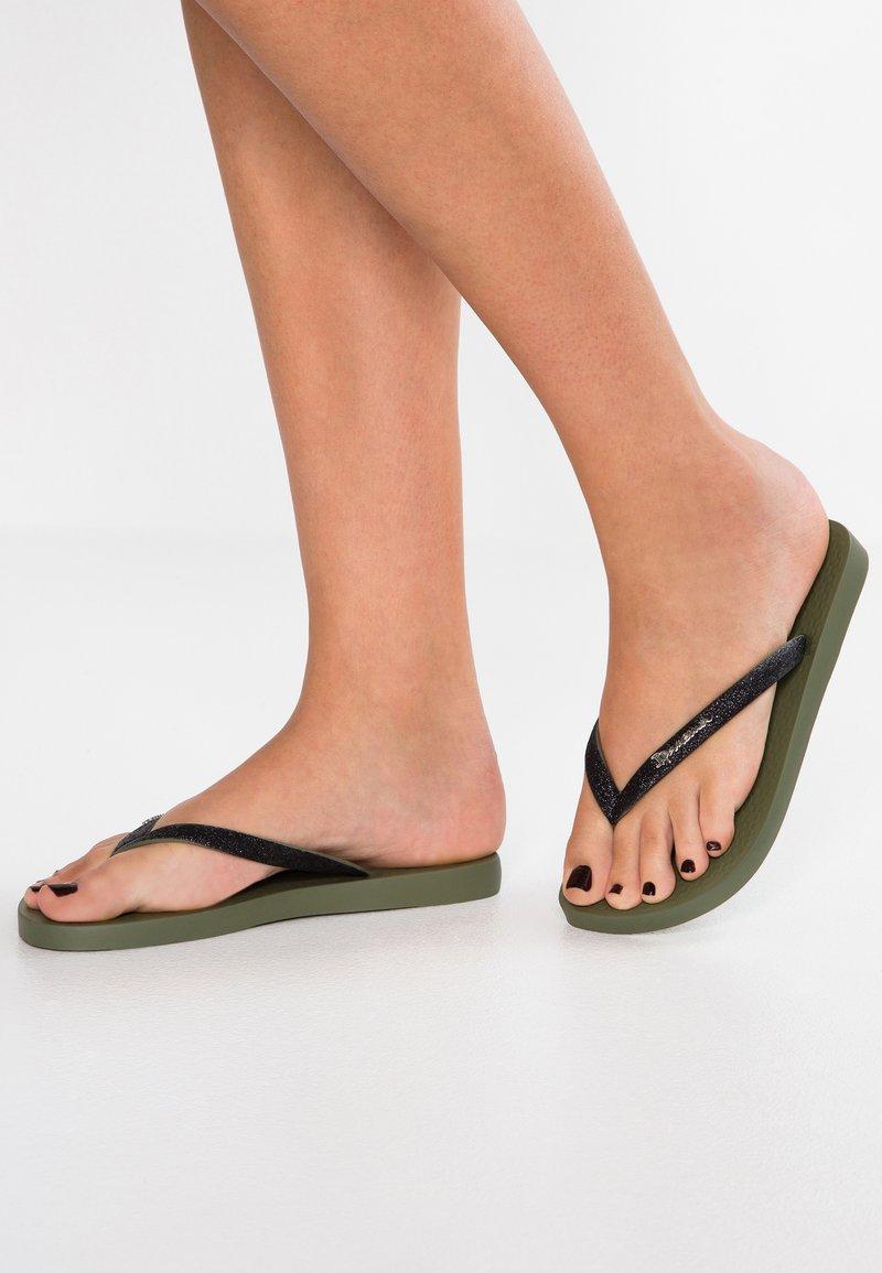 Ipanema - LOLITA - Sandály s odděleným palcem - green