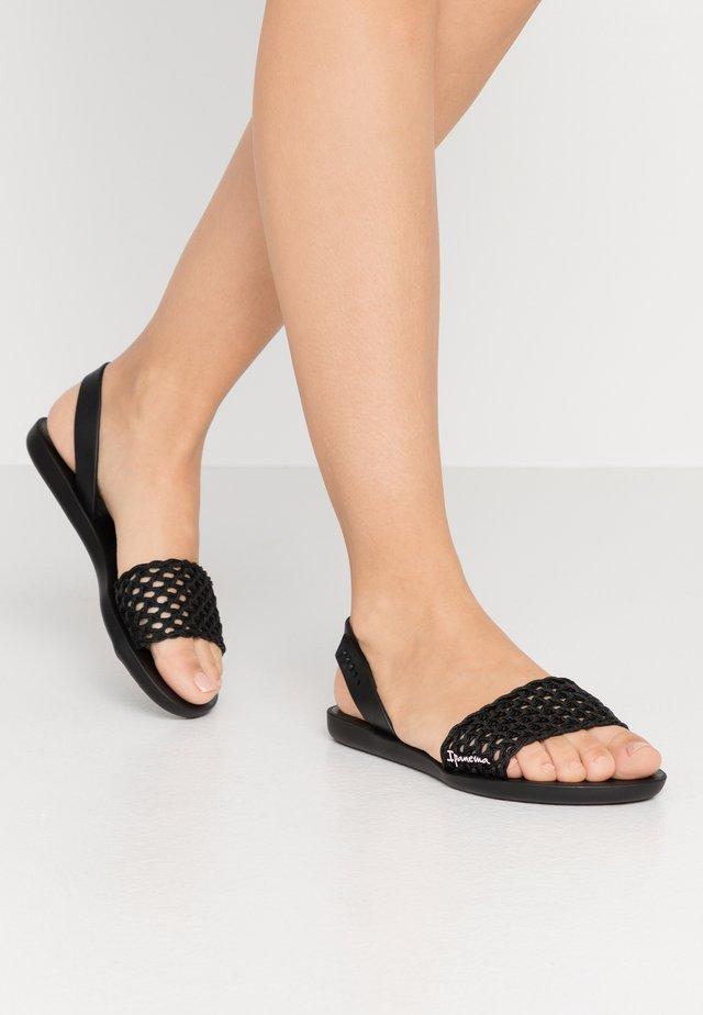 BREEZY - Sandály do bazénu - black