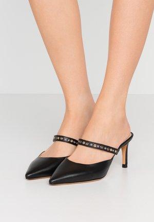ARTHU - Pantofle na podpatku - black