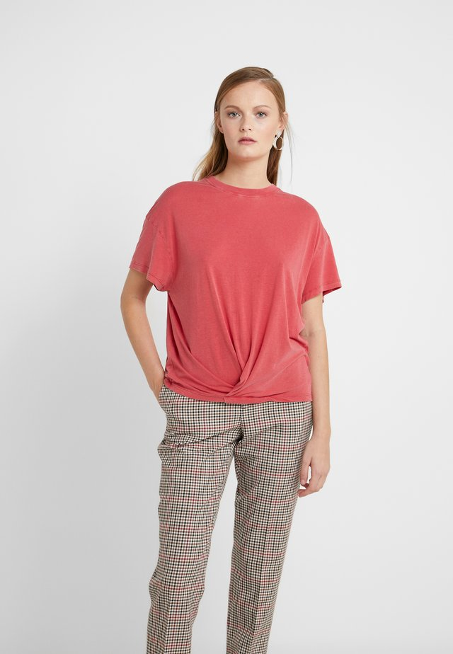 COLBY - T-shirts - poppy red