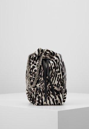 Taška spříčným popruhem - black zebre/washed grey