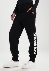 Ivy Park - LOGO JOGGER - Pantalon de survêtement - black/white - 0