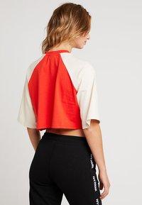 Ivy Park - BASEBALL LOGO CROP TEE - Print T-shirt - fiery red - 2