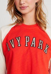 Ivy Park - BASEBALL LOGO CROP TEE - Print T-shirt - fiery red - 4