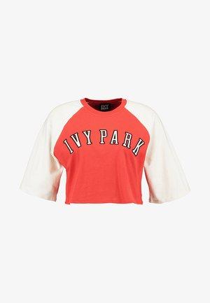 BASEBALL LOGO CROP TEE - Print T-shirt - fiery red