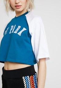 Ivy Park - BASEBALL LOGO CROP TEE - T-shirt imprimé - moroccan blue - 5