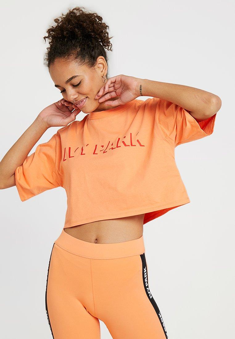 Ivy Park - LOGO CROP TEE - T-shirt imprimé - melon