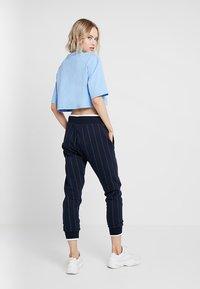 Ivy Park - LOGO CROP TEE - T-shirt imprimé - della robbia blue - 2