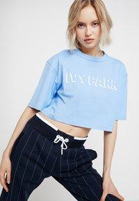 Ivy Park - LOGO CROP TEE - T-shirt print - della robbia blue - 3