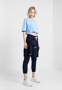 Ivy Park - LOGO CROP TEE - T-shirt imprimé - della robbia blue - 1