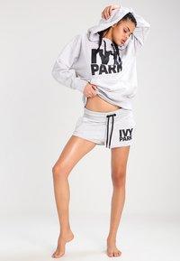 Ivy Park - PROGRAMME OH HOODY - Kapuzenpullover - light grey marl/black - 1