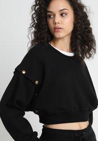 Ivy Park - ARMOUR POPPERS CROP - Sweatshirt - black - 5