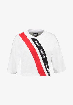 ASSYMMETRIC TAPE LOGO CROP TEE - Print T-shirt - white