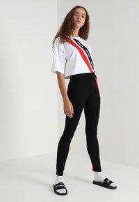 Ivy Park - ASSYMMETRIC TAPE LOGO CROP TEE - T-shirt imprimé - white - 1