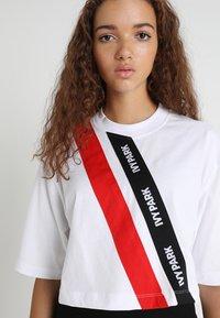Ivy Park - ASSYMMETRIC TAPE LOGO CROP TEE - T-shirt imprimé - white - 3