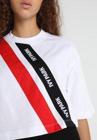 Ivy Park - ASSYMMETRIC TAPE LOGO CROP TEE - T-shirt imprimé - white - 5