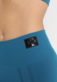 Ivy Park - SEAMLESS LEGGINGS - Leggings - moroccan blue - 5
