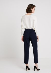 IVY & OAK BRIDAL - Pantalones - navy blue