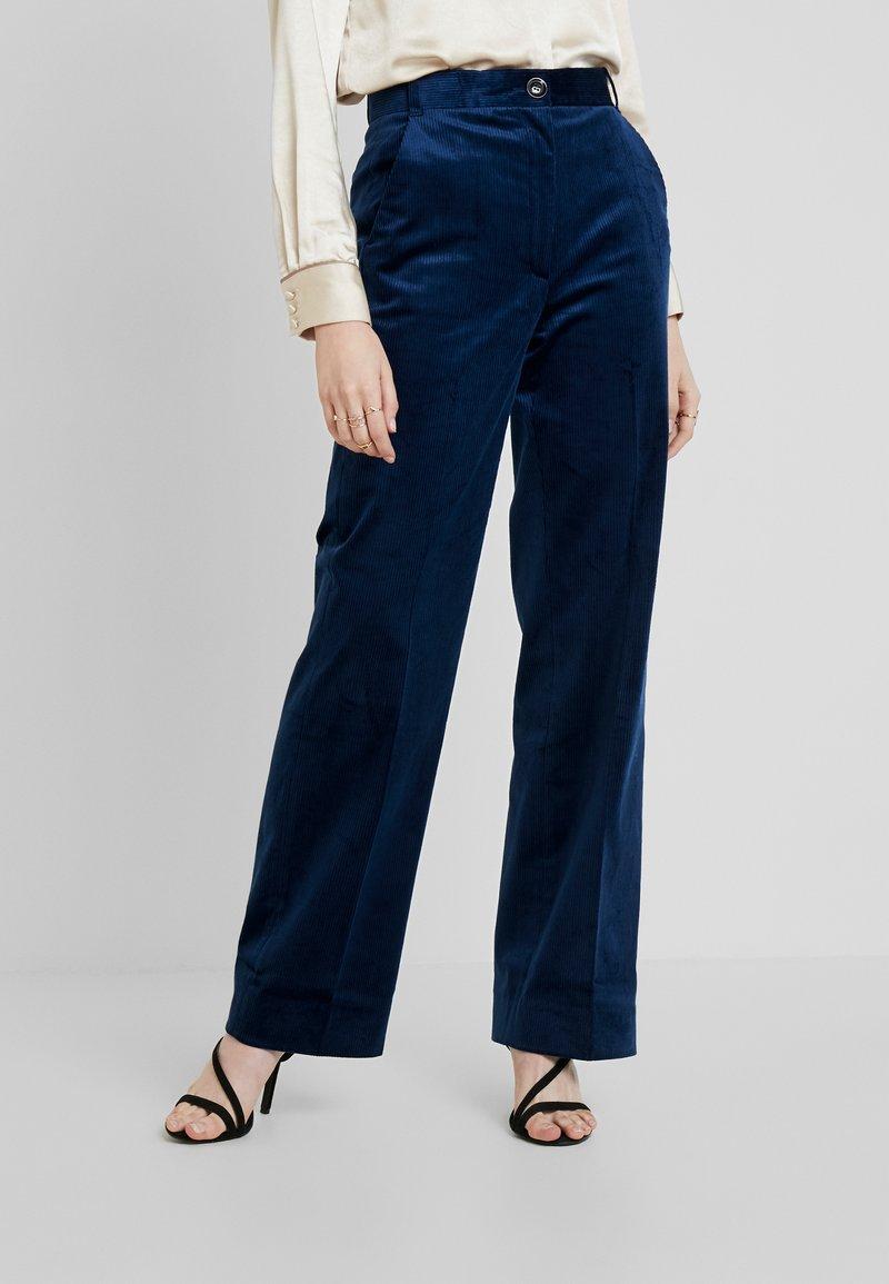 IVY & OAK - FLARED PANTS - Pantalon classique - blue haze