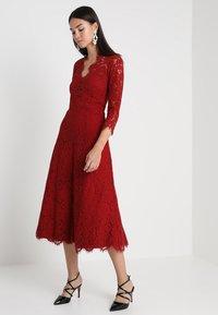 IVY & OAK - OPEN BACK FLARED - Vestito elegante - rusty red - 2