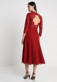 IVY & OAK - OPEN BACK FLARED - Vestito elegante - rusty red - 3