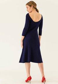 IVY & OAK - MIDI FLARED DRESS - Sukienka dzianinowa - true blue - 2