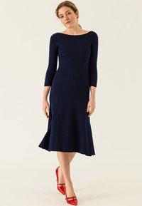 IVY & OAK - MIDI FLARED DRESS - Sukienka dzianinowa - true blue - 1