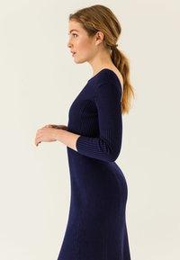 IVY & OAK - MIDI FLARED DRESS - Sukienka dzianinowa - true blue - 3