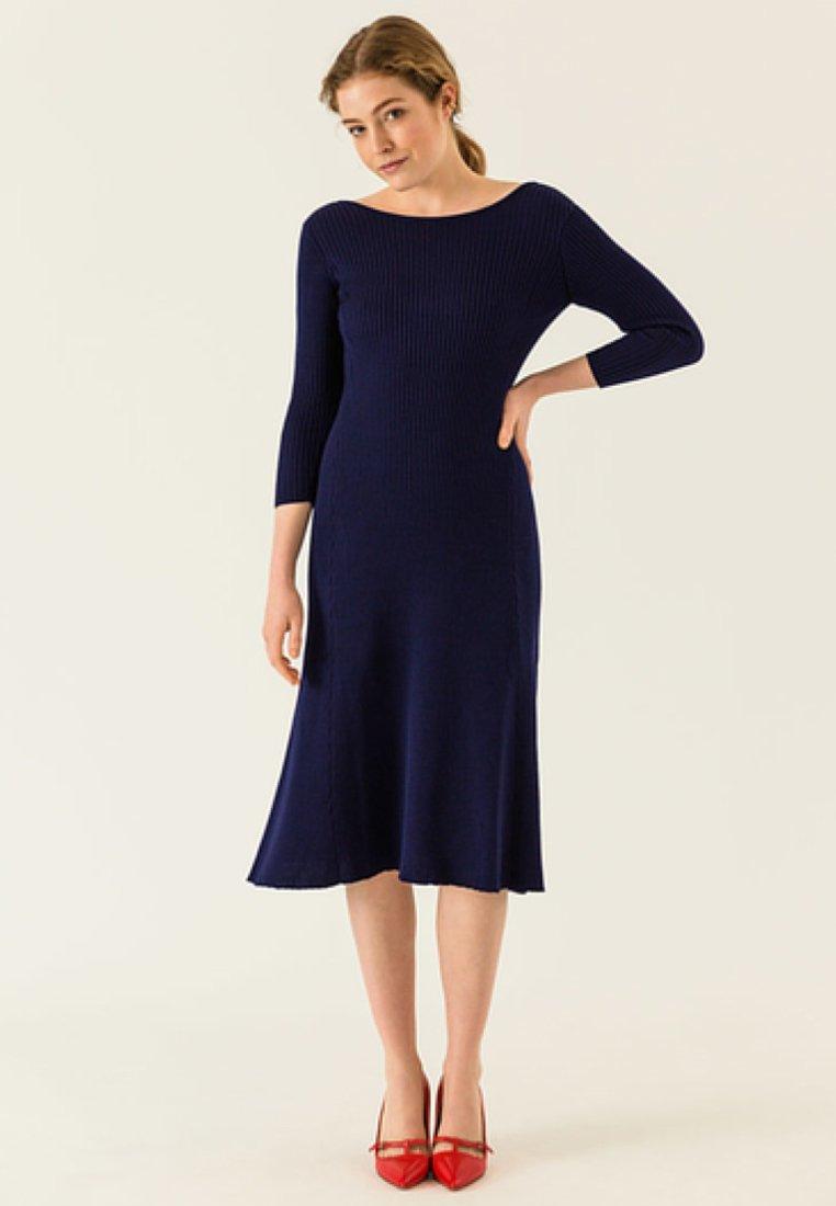 IVY & OAK - MIDI FLARED DRESS - Sukienka dzianinowa - true blue