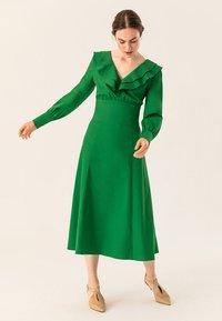 IVY & OAK - Robe longue - secret garden green - 0