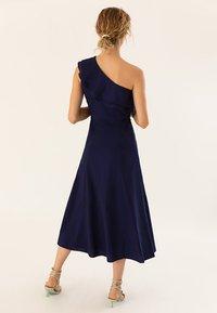 IVY & OAK - ONE SHOULDER VALANCE DRESS - Robe longue - navy blue - 2