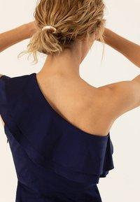 IVY & OAK - ONE SHOULDER VALANCE DRESS - Robe longue - navy blue - 3
