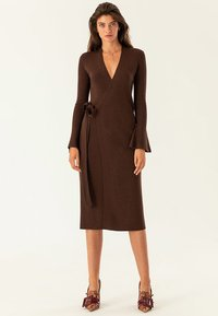 IVY & OAK - MIDI WRAP DRESS - Stickad klänning - dark chocolate - 1
