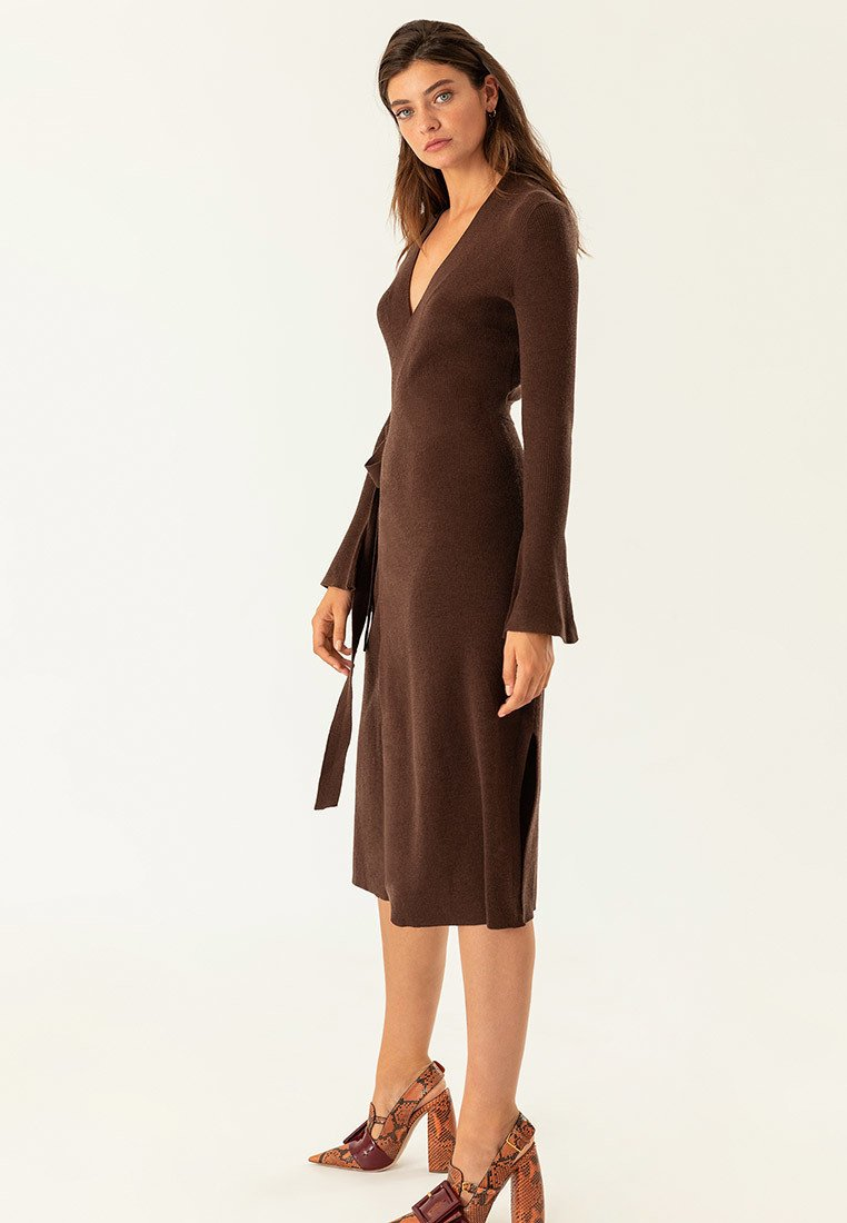 IVY & OAK - MIDI WRAP DRESS - Stickad klänning - dark chocolate