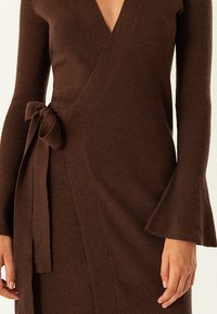 IVY & OAK - MIDI WRAP DRESS - Stickad klänning - dark chocolate - 6