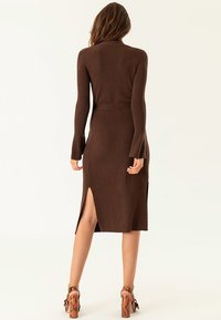 IVY & OAK - MIDI WRAP DRESS - Stickad klänning - dark chocolate - 2