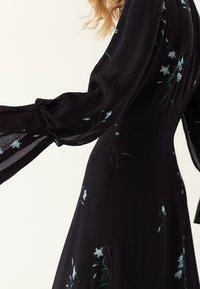IVY & OAK - PLISSÉ - Vestito lungo - black - 3