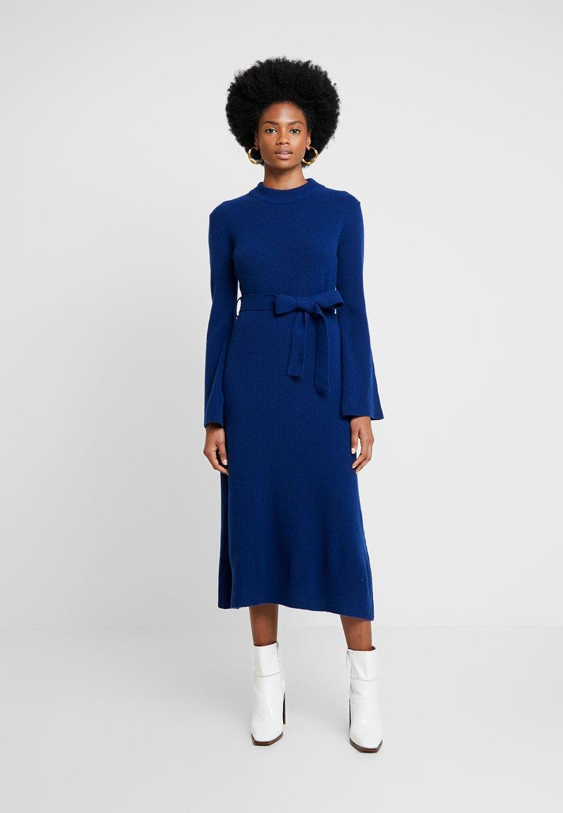 IVY & OAK - MIDI DRESS - Pletené šaty - blue iris