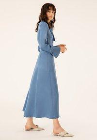 IVY & OAK - MIT BINDESCHLEIFE - Robe longue - blue - 1