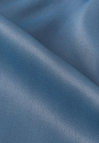 IVY & OAK - MIT BINDESCHLEIFE - Robe longue - blue - 6
