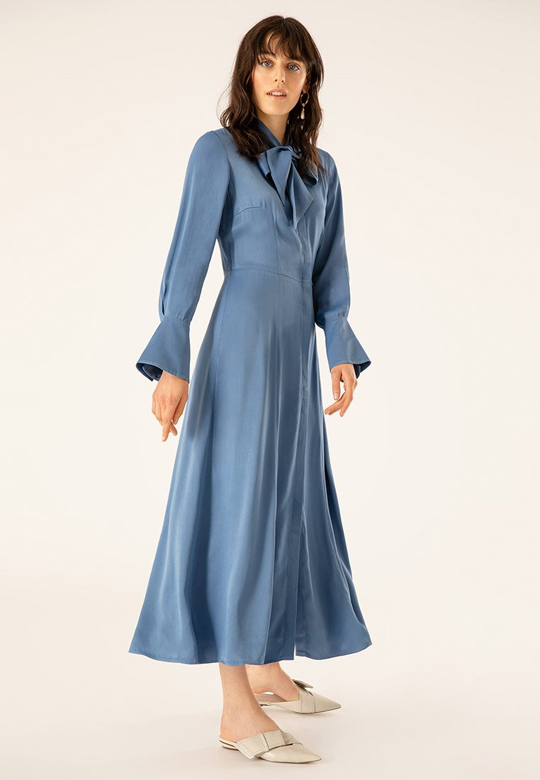 IVY & OAK - MIT BINDESCHLEIFE - Robe longue - blue