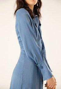 IVY & OAK - MIT BINDESCHLEIFE - Robe longue - blue - 3