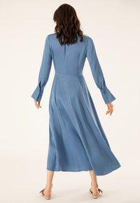 IVY & OAK - MIT BINDESCHLEIFE - Robe longue - blue - 2