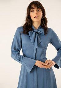 IVY & OAK - MIT BINDESCHLEIFE - Robe longue - blue - 4