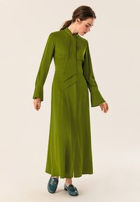 IVY & OAK - MIT BINDESCHLEIFE - Robe longue - irish green - 1