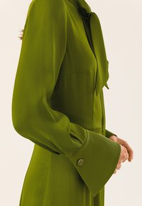 IVY & OAK - MIT BINDESCHLEIFE - Robe longue - irish green - 5