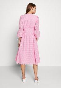 IVY & OAK - BROIDERY ANGLAISE DRESS - Korte jurk - blush - 2