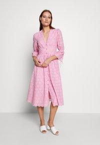 IVY & OAK - BROIDERY ANGLAISE DRESS - Korte jurk - blush - 0