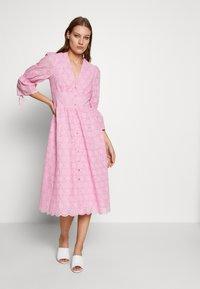 IVY & OAK - BROIDERY ANGLAISE DRESS - Korte jurk - blush - 1