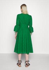 IVY & OAK - BROIDERY ANGLAISE DRESS - Day dress - secret garden green - 2